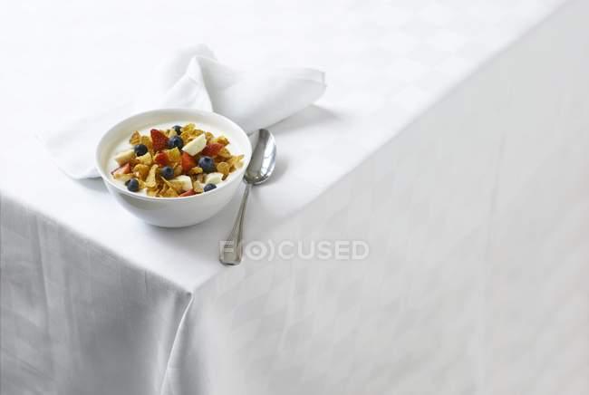 Yogur con copos de maíz y bayas - foto de stock