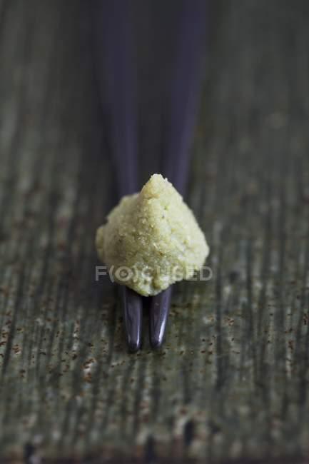 Vista de cerca de una cucharada de wasabi en palillos - foto de stock