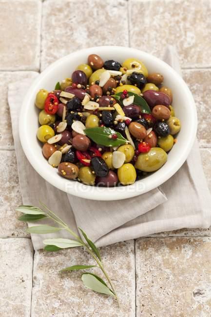 Olives marinées mélangées à l'ail — Photo de stock