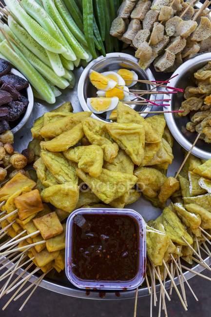 Вид зверху різні їжу пальця і гострий соус на металевих лотків — стокове фото