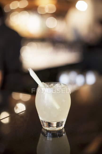 Gin cocktail with straw — Stock Photo