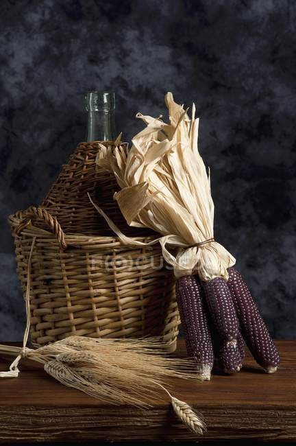Espigas de trigo e um garrafão — Fotografia de Stock