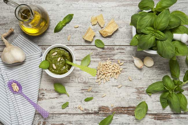 Ингредиенты для песто на деревянные — стоковое фото