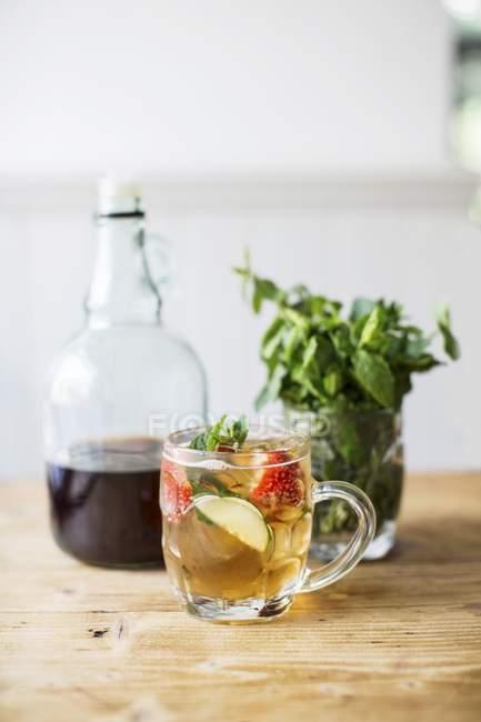 Vista close-up de bebida com morangos e hortelã — Fotografia de Stock