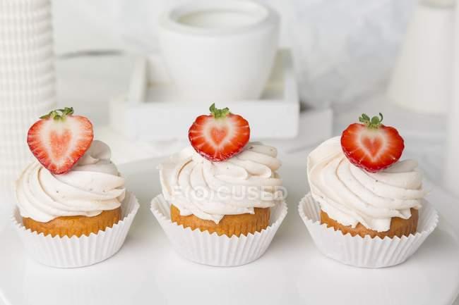 Cupcakes de morango cobertos com creme de manteiga — Fotografia de Stock
