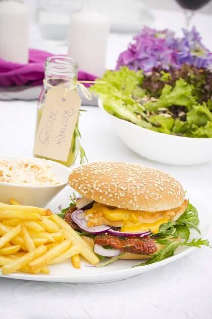 Курячі Бургер з сушені помідори, Ракетно-манго соус з картоплею фрі і салат з капусти — стокове фото