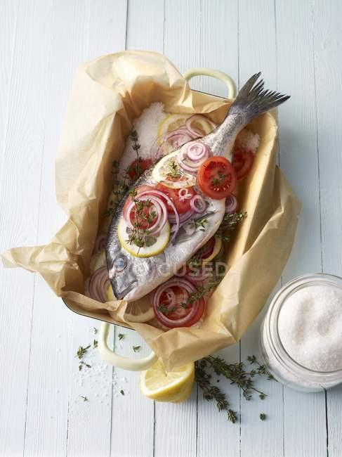 Dorade royale en une croûte de sel prête à faire frire à la surface en bois — Photo de stock
