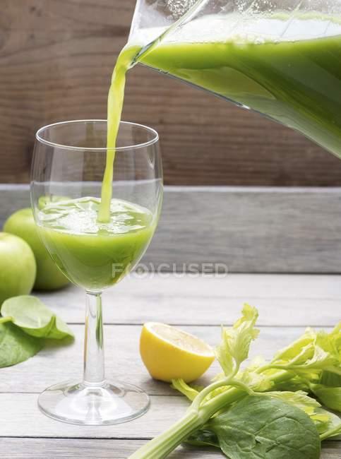 Succo di sedano in vetro — Foto stock