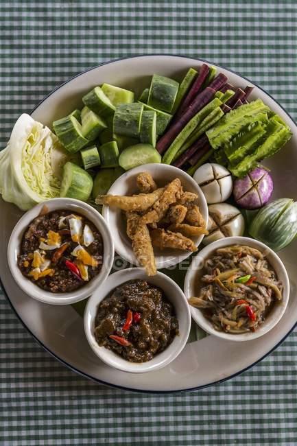 Nam prik würzige Saucen mit Gemüse auf Teller über Tisch — Stockfoto