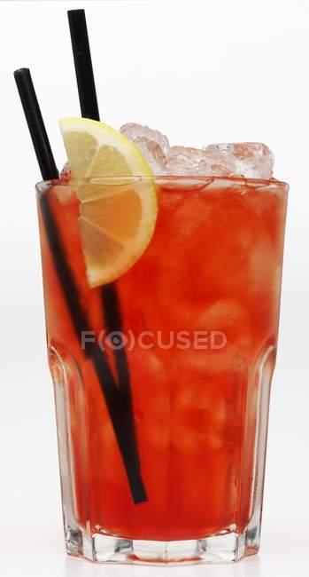 Cocktail mit Eiswürfeln — Stockfoto