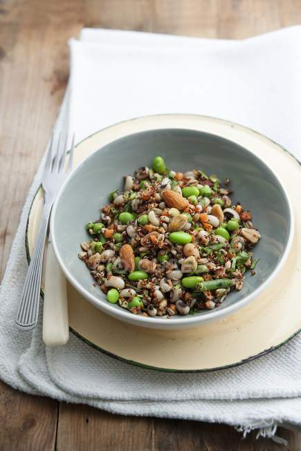Insalata di cereali con noci e salsa di soia — Foto stock