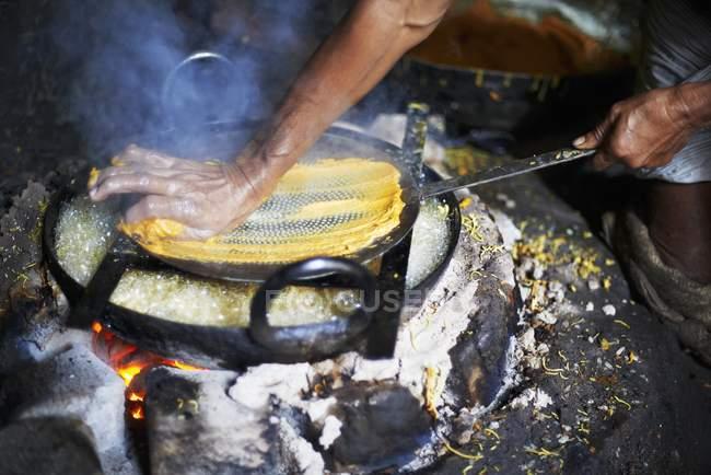 Hombre haciendo plato omapodi - foto de stock