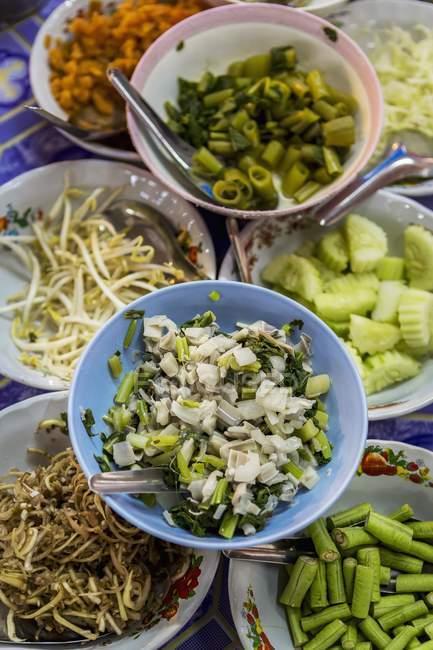 Інгредієнти для різних страв у миски з порцеляни — стокове фото