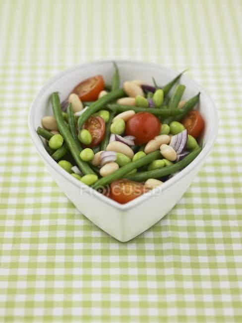 Квасоля з цибулею і помідором суміш у миску — стокове фото