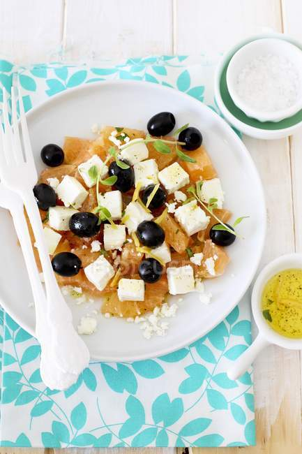 Grapefruit with feta and olives salad — Stock Photo