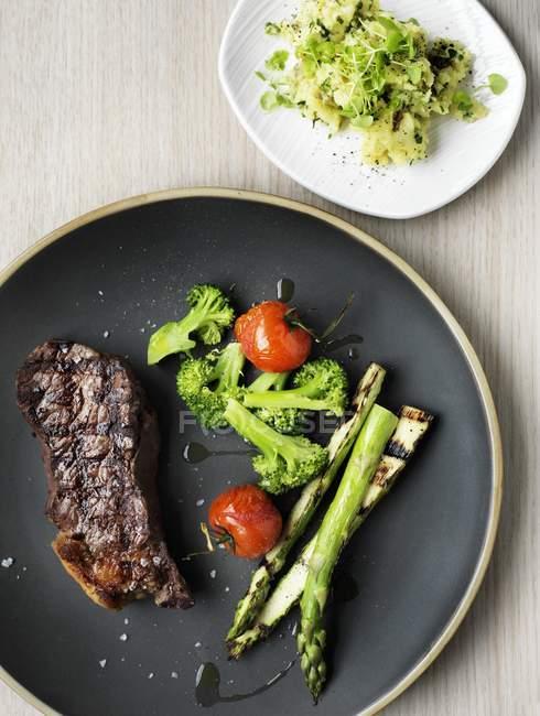Bistecca di manzo con asparagi — Foto stock