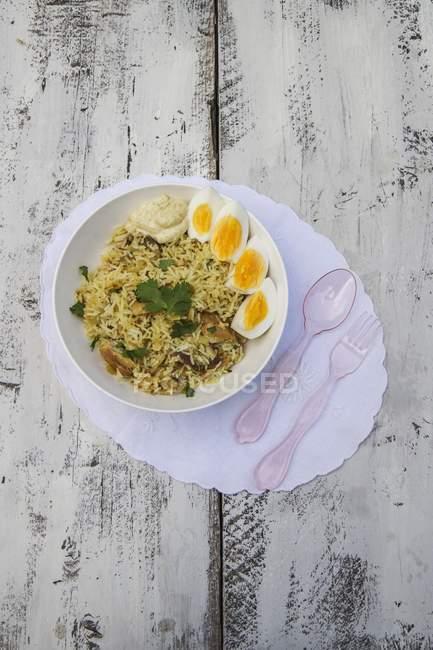Хороший рис блюдо с копченой скумбрией — стоковое фото