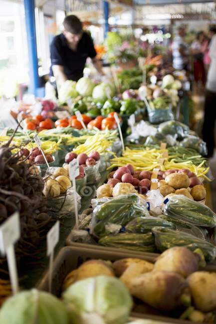 Daytime view of a market stall with vegetables — Stock Photo