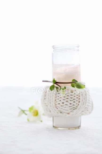Detailansicht einer Kerze in einem Glas mit einer gestrickten Abdeckung — Stockfoto