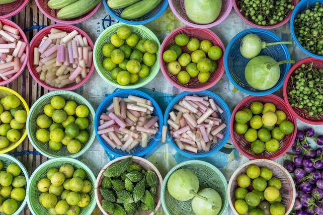Bowls of vegetables at a market stall — Stock Photo