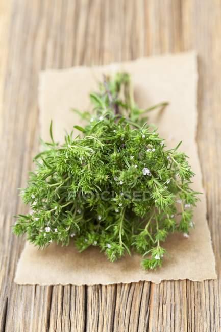 Manojo de salados orgánicos frescos - foto de stock