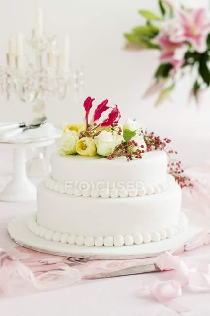 Пирог украшен цветами — стоковое фото