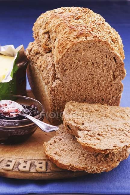 Pagnotta di pane con chicchi di birrai — Foto stock