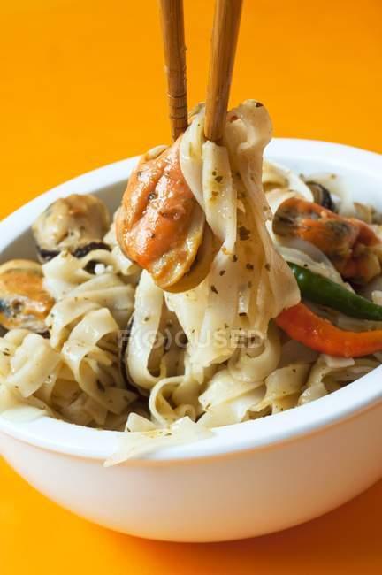 Würzige Kokos-Curry-Nudeln — Stockfoto