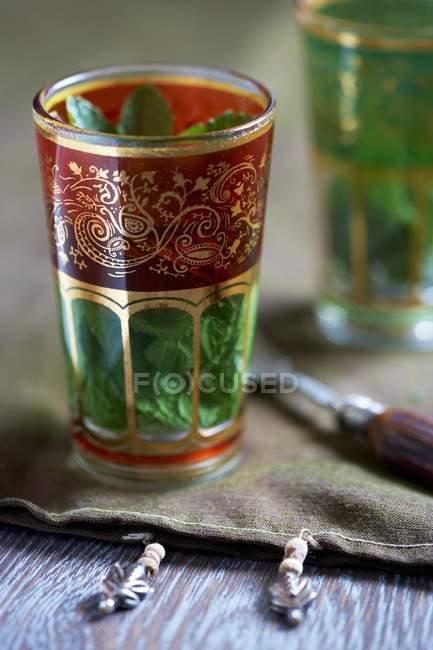 Pfefferminztee in einem orientalischen Glas — Stockfoto