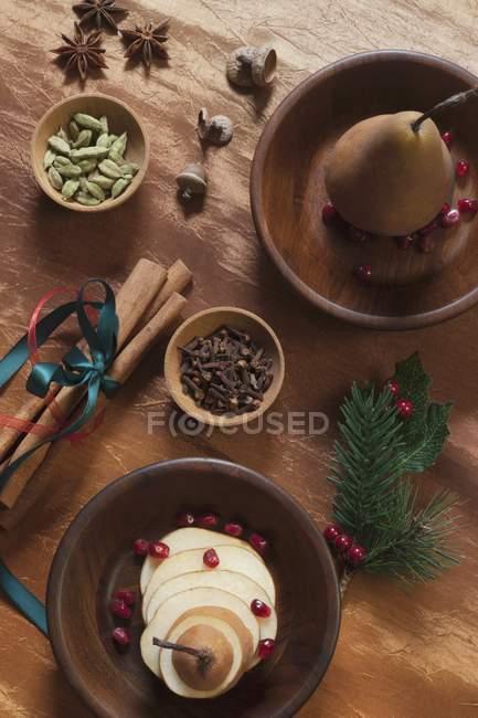 Вид зверху autumnal домовленості з груші та спеції — стокове фото