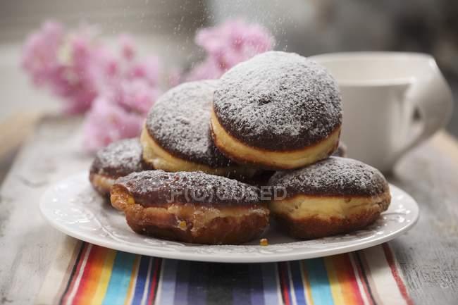 Assiette de beignets de sucre glace — Photo de stock