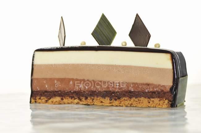 Трехслойное шоколадный торт — стоковое фото