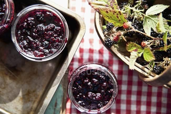 Confettura di more in vasi aperti — Foto stock