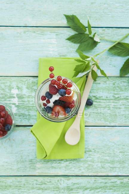 Yogurt with fresh berries — Stock Photo