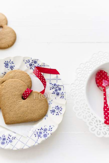 Gingerbread biscuits with ribbons — Stock Photo