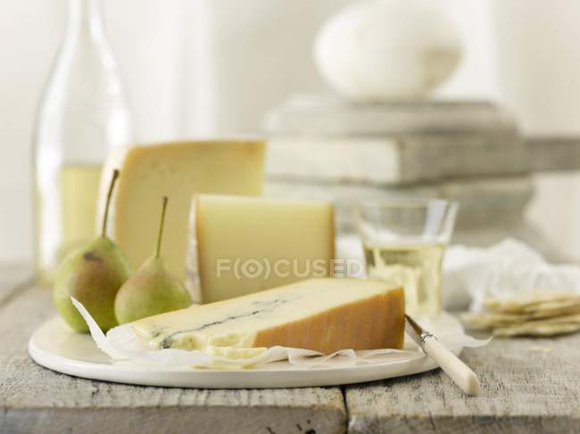 Ломтики сыра с грушами — стоковое фото