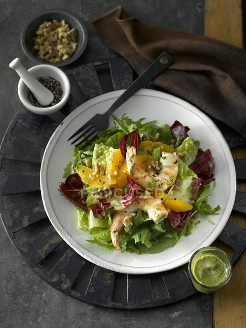 Wintersalat mit Garnelen — Stockfoto