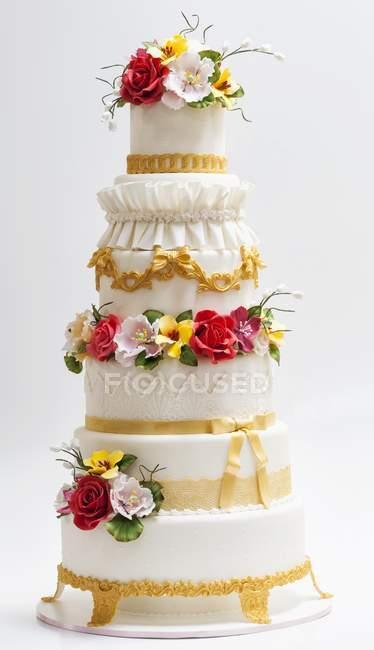 Bolo de casamento decorado com flores de açúcar — Fotografia de Stock