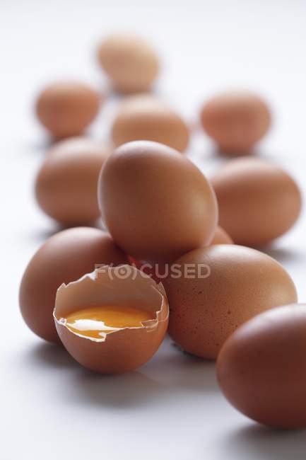 Яйца коричневые с трещинами яйцо — стоковое фото