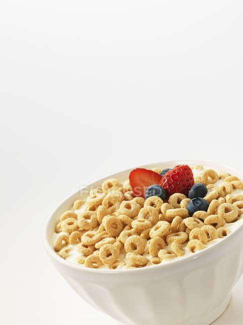 Cereales con leche y frutas - foto de stock