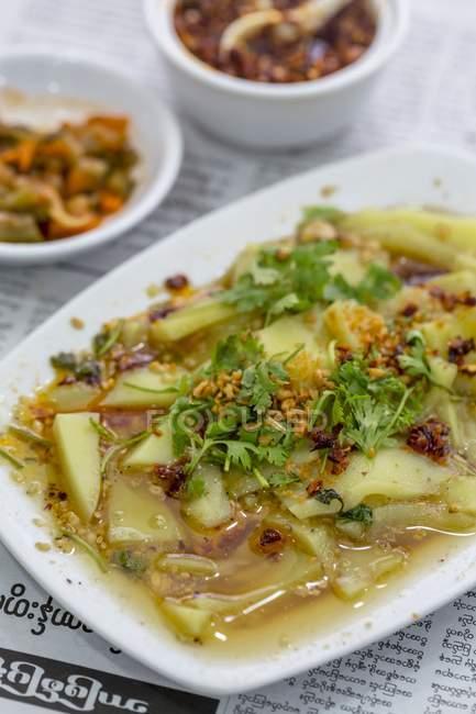 Shan Tofu mit einer Gewürzmischung und würziger Sauce auf weißem Teller — Stockfoto
