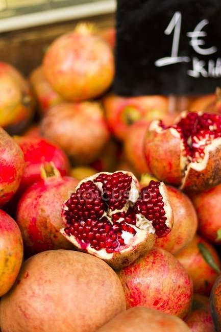 Granatapfel am Markt — Stockfoto