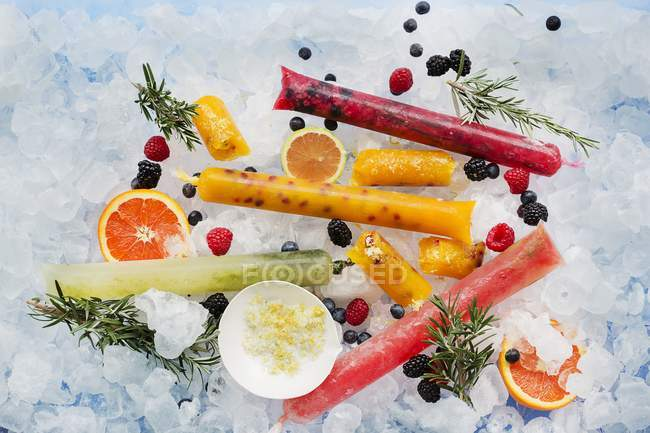 Ice lollies with berries — Stock Photo