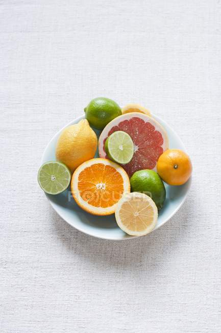 Bowl of citrus fruits on table — Stock Photo