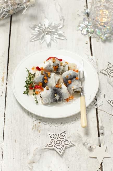 Сельдь Rollmop и квашеные овощи — стоковое фото