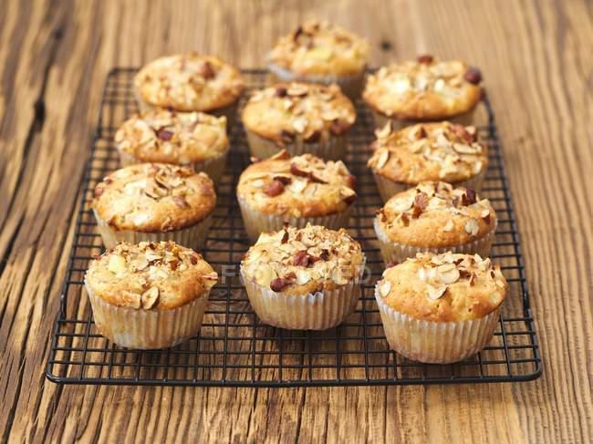 Muffins de manzana con avellanas - foto de stock