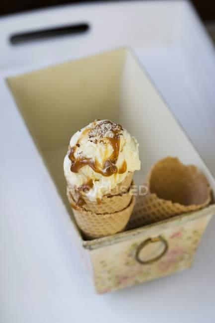 Helado de vainilla con salsa de caramelo - foto de stock