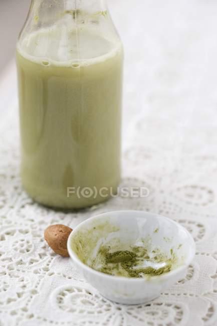 Крупный план домашнего миндального молока с чаем маття — стоковое фото