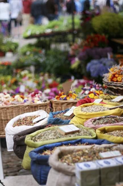Vista diurna di tisane in sacchi in un mercato — Foto stock