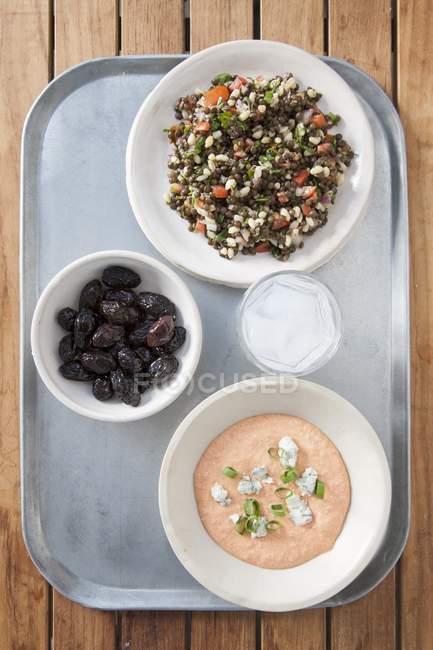 Mezze greche: taramasalata, olive e tabbouleh in ciotole su vassoio — Foto stock